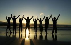 holding-hands-on-beach-1024x656