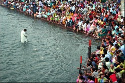 800px-Hindu_public_prayer_in_Haridwar