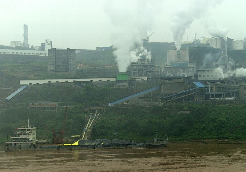 800px-Factory_in_China_at_Yangtze_River