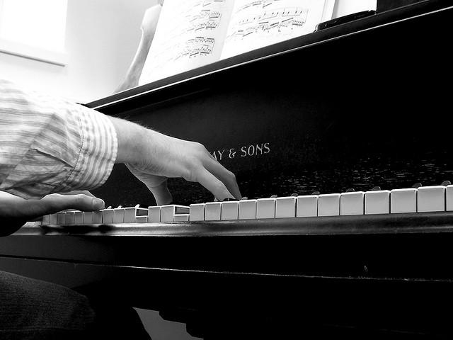 hands playing piano b&w