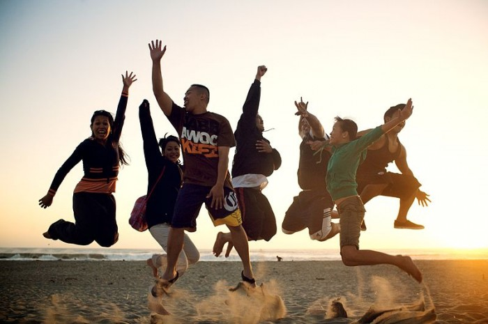 800px-People_jumping_on_the_beach