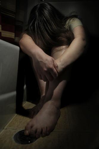 Woman_crying_in_bathroom