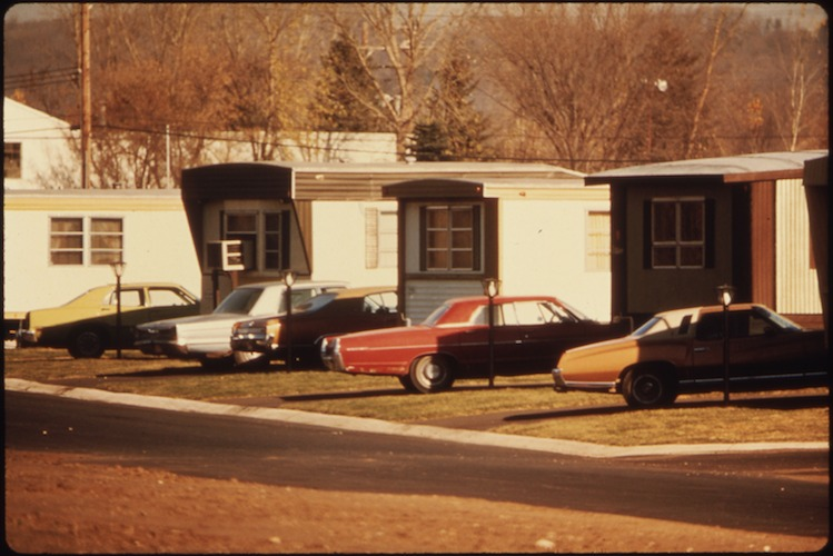 MOBILE_HOMES_IN_ONE_OF_TWO_MOBILE_HOME_PARKS._THEY_WERE_CREATED_IN_RESPONSE_TO_WORKERS_WHO_ARRIVED_FOR_JOBS_IN_THE..._-_NARA_-_558300