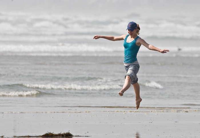 9424-a-girl-jumping-on-the-beach-pv