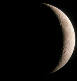 1280px-Crescent_Moon