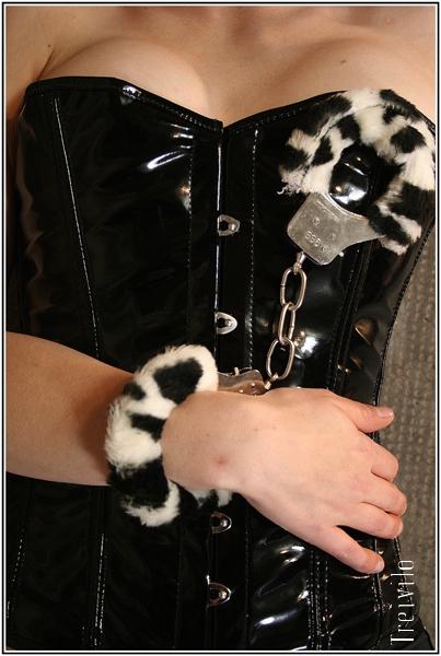 Fuzzy_cuffs_on_Mairne