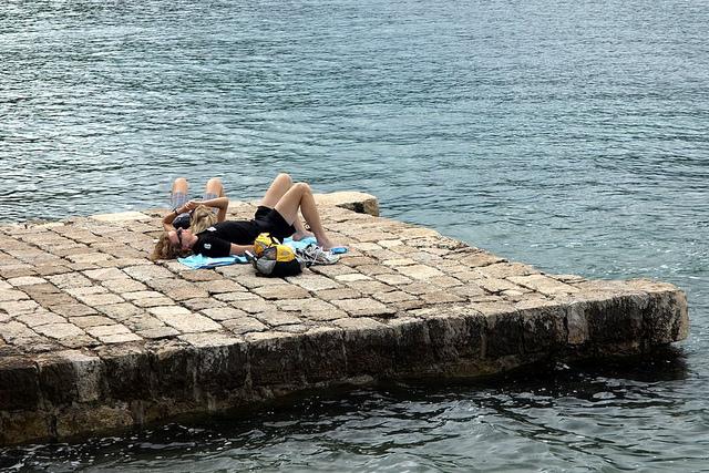 Aceiasi turisti. Care s-au dezbracat pâna la urma.