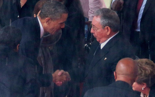 Obama shake hands with Cuban Leader