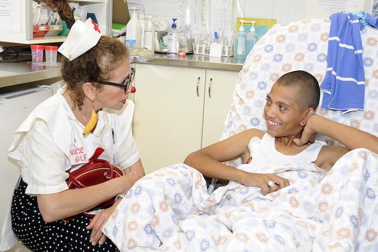 Medical_clown_Hilary_Chaplain_at_Shaare_Zedek_hospital_No.109_-_Flickr_-bassy_Tel_Aviv