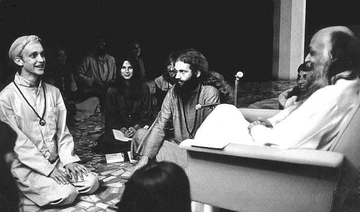 Bhagwan_Shree_Rajneesh_and_disciples_in_darshan_at_Poona_in_1977
