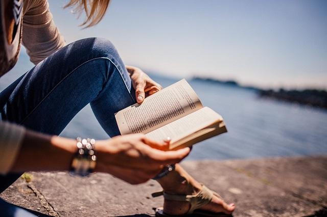 Pixabay: https://pixabay.com/en/reading-book-girl-woman-people-925589/