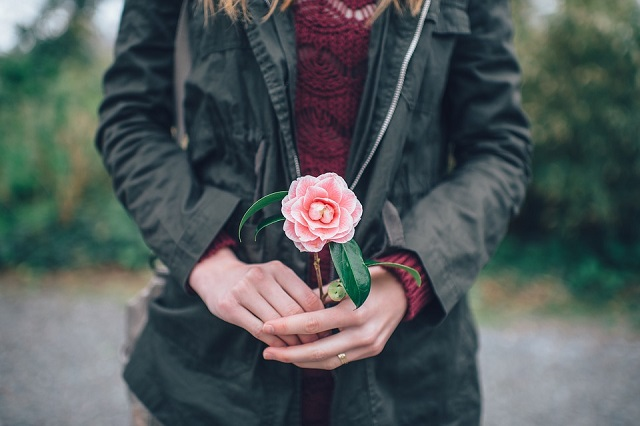 Pixabay: https://pixabay.com/en/woman-holding-flower-pink-winter-1031508/