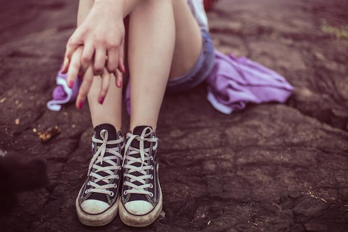 woman hands converse legs