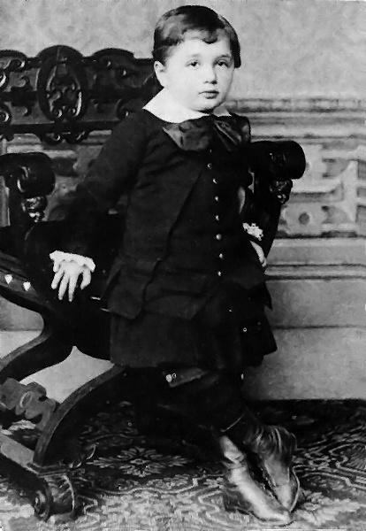 Albert_Einstein_at_the_age_of_three_(1882) (1)