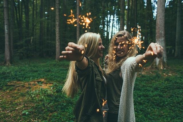 Pixabay: https://pixabay.com/en/girls-sparklers-fireworks-984154/