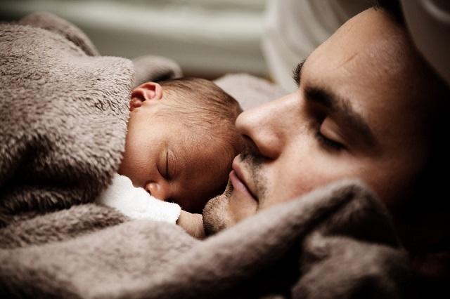 Pixabay: https://pixabay.com/en/baby-child-cute-dad-daddy-family-22194/
