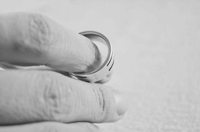Pixabay: https://pixabay.com/en/hand-finger-people-ring-marriage-83079/
