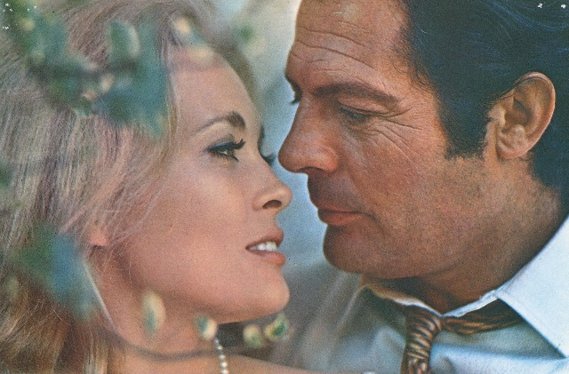 Faye_Dunaway_and_Marcello_Mastroianni_love-vintage-couple