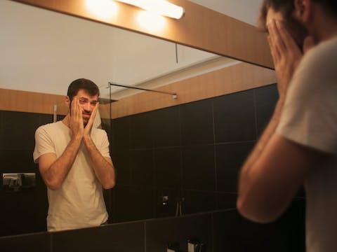 Zolt   Andrea Piacquadio/Pexels: https://www.pexels.com/photo/tired-man-looking-in-mirror-in-bathroom-3771135/