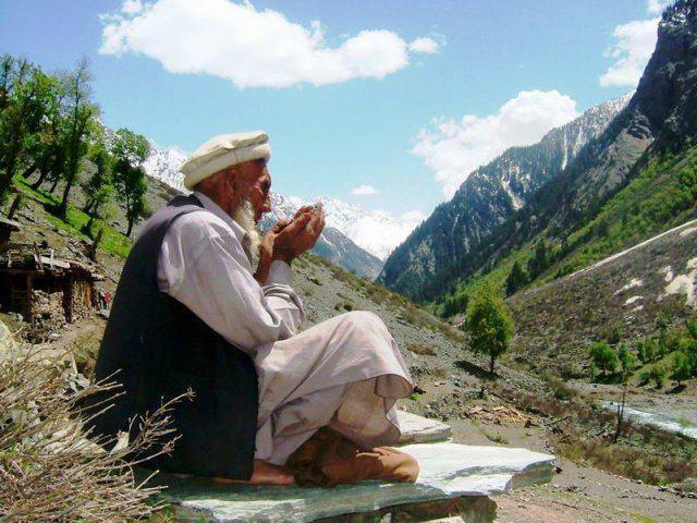 Afghan man praying